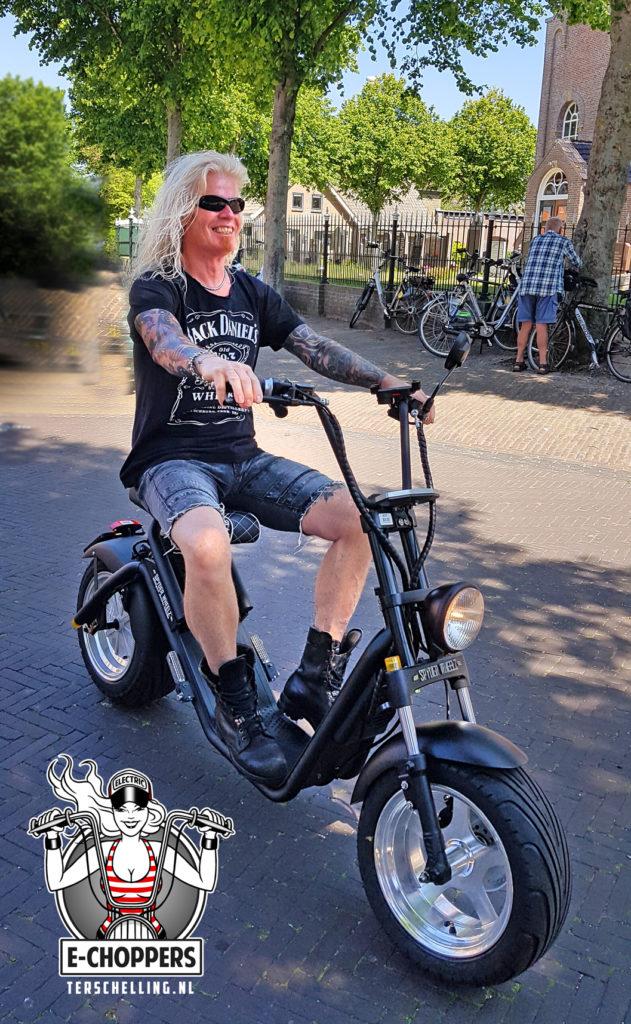Lekker cruisen over Terschelling met een elektrische scooters in chopper stijl